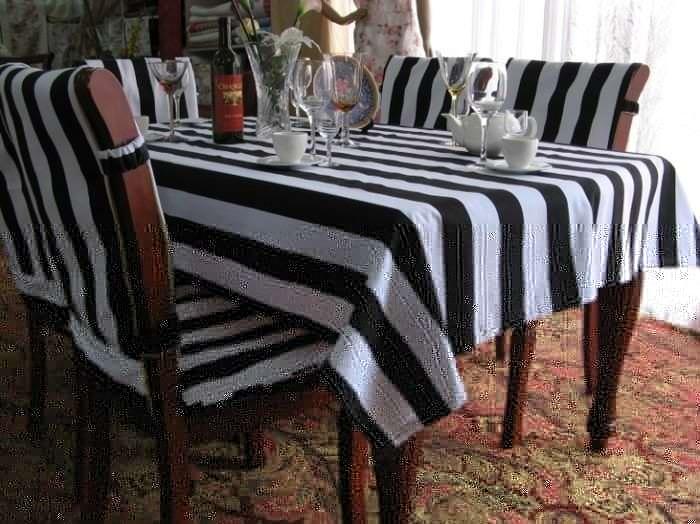 Чехлы в черно-белую полоску на стулья для кухни