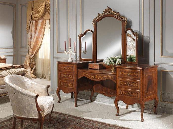 Трюмо с зеркалом в стиле барокко в спальню