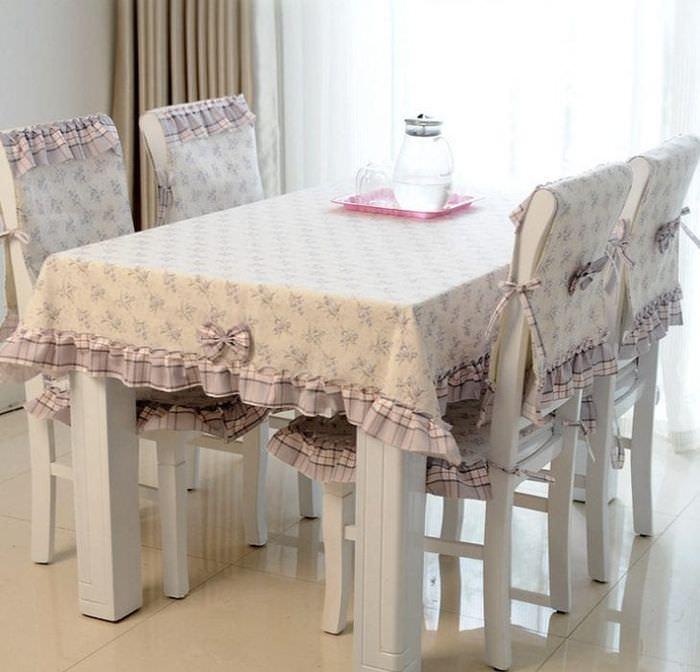 Чехлы с рисунком и рюшами на стулья для кухни
