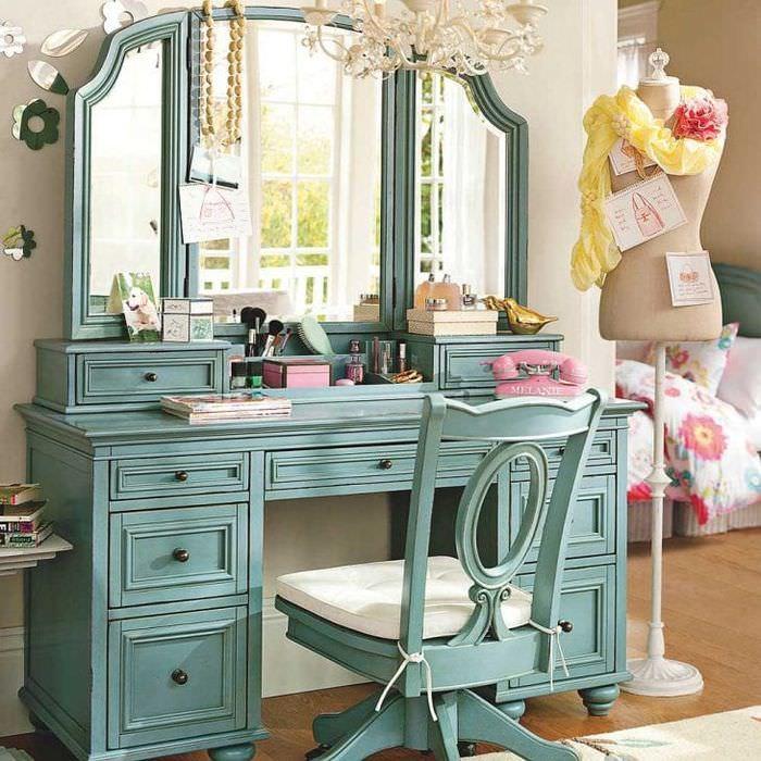 Пример стильного трюмо с зеркалом в спальню