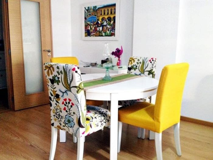 Необычные чехлы драпировочные на стулья для кухни