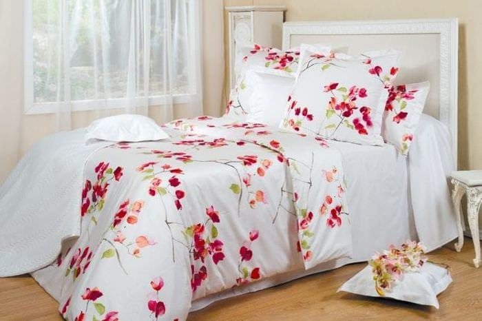 Белое постельное белье с лепестками