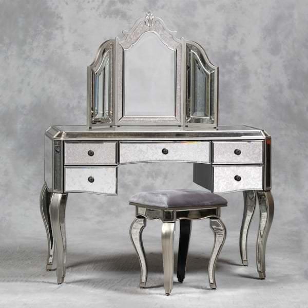 Стилистическое вливание мебели с зеркалом в спальную комнату