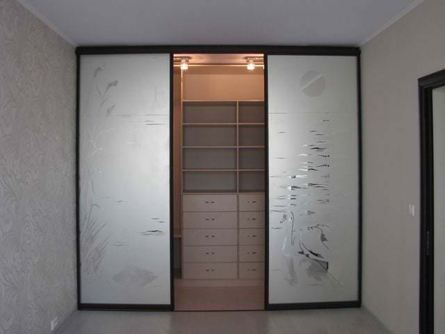двери купе с узорами для гардеробной