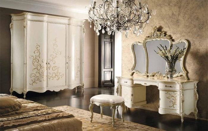 Вливание мебели с зеркалом в комнату