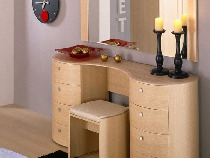 Стилистическое вливание шкафчика с зеркалом в спальню