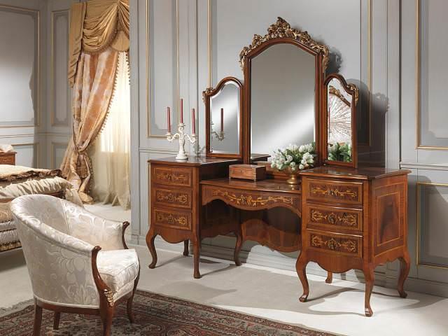 Стилистическое вливание мебели с зеркалом в старинном стиле в спальню