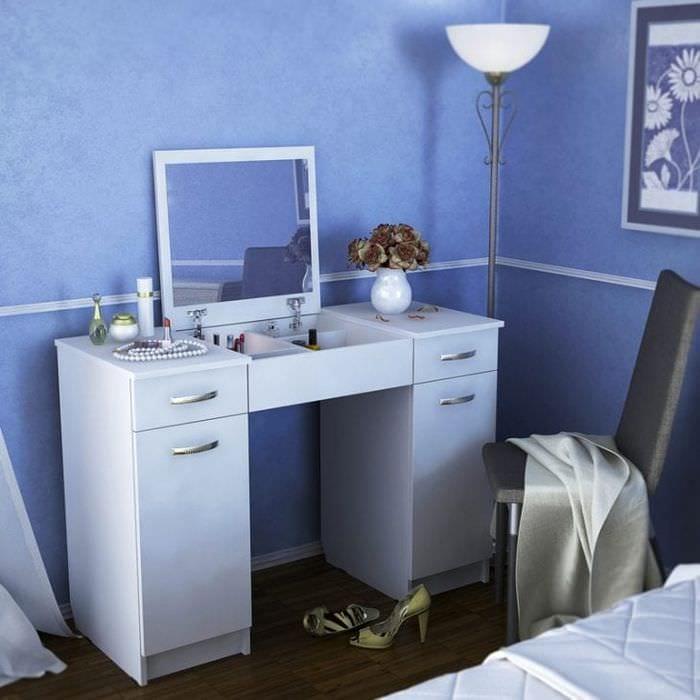 Стилистическое вливание белого туалетного столика с зеркалом в спальню