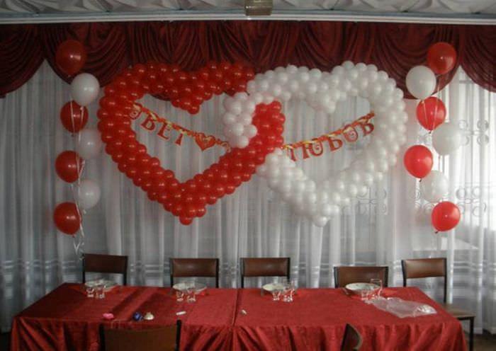 шарики в форме сердец можно украсить надписями