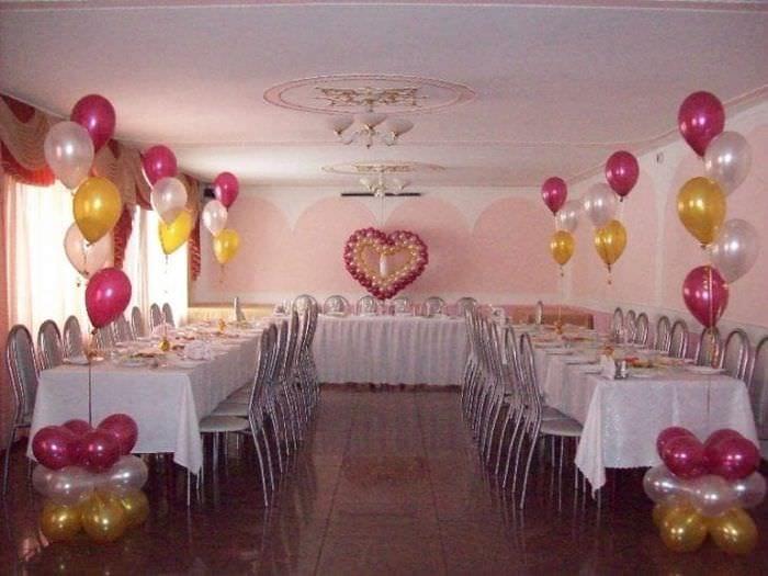 украшение небольшого зала шариками