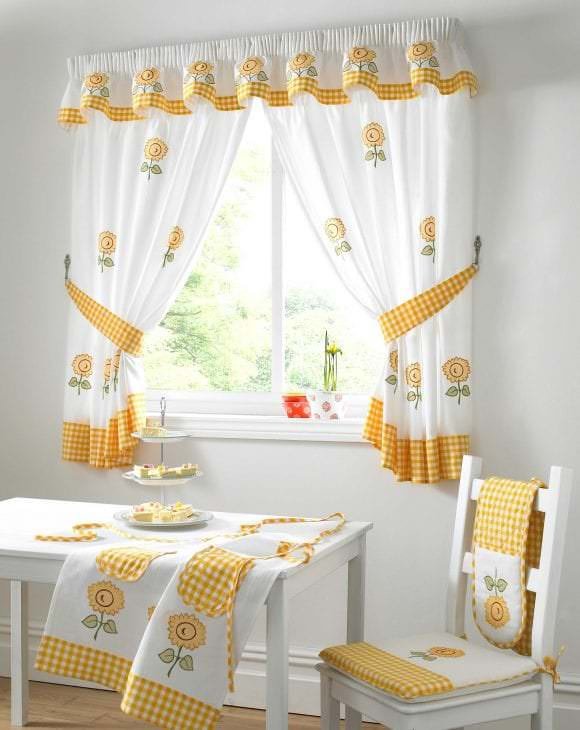 оформление окна на кухне фото своими руками роскошных локонах