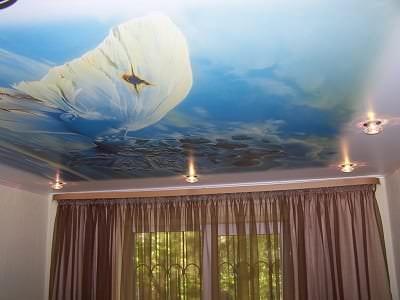 Натяжной потолок с яркими фотографиями для детской комнаты