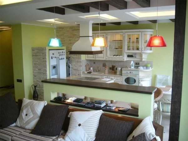 Идея перегородки между кухней и гостиной в доме