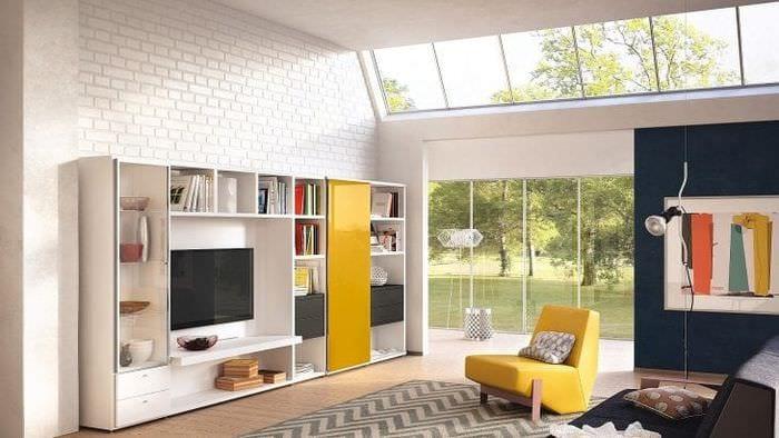Белоснежная модульная система для гостиной с кирпичными стенами