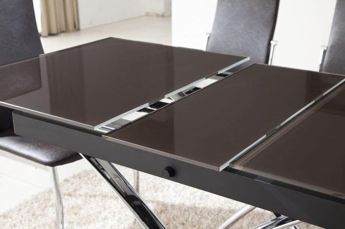 Большой стол – трансформер для гостиной с белой мебелью