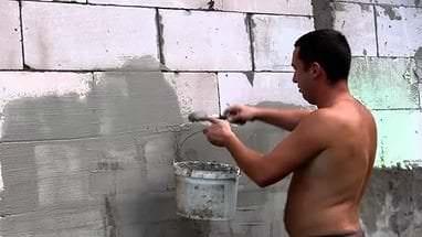 Грунтовка стен строительными смесями перед поклейкой обоев