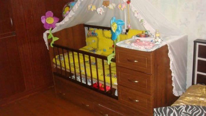 Детская кровать с удобным комодом