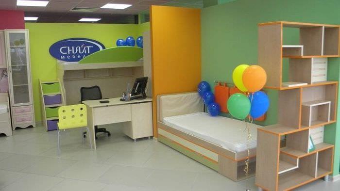 Детская кровать трансформер в ярких цветах с выдвижным комодом