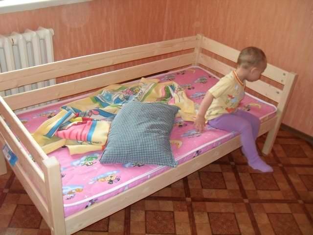 Детская большая кроватка для светлой комнаты