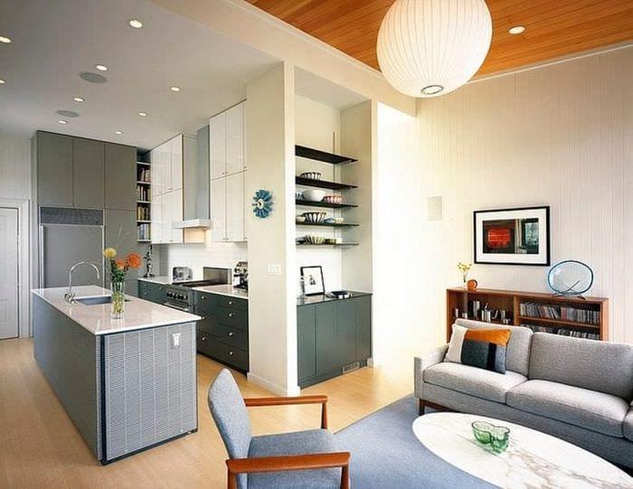 Интересный дизайн для небольшой кухни-гостиной с разделением пространства
