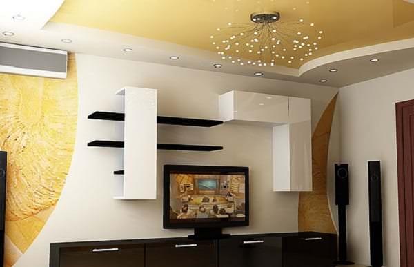 Дизайн натяжного потолка для светлой гостиной с необычным светильником