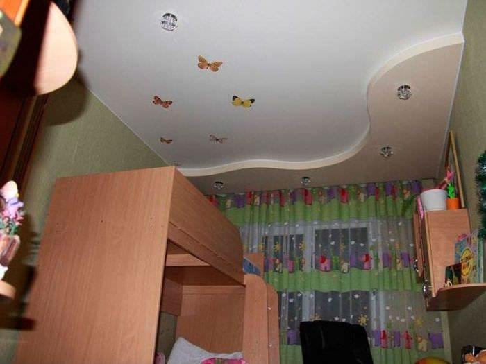 Натяжной потолок с яркими украшениями в детской комнате