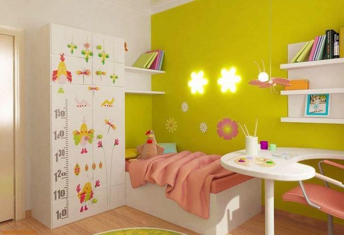 Современный дизайн детской комнаты для малыша с яркими обоями
