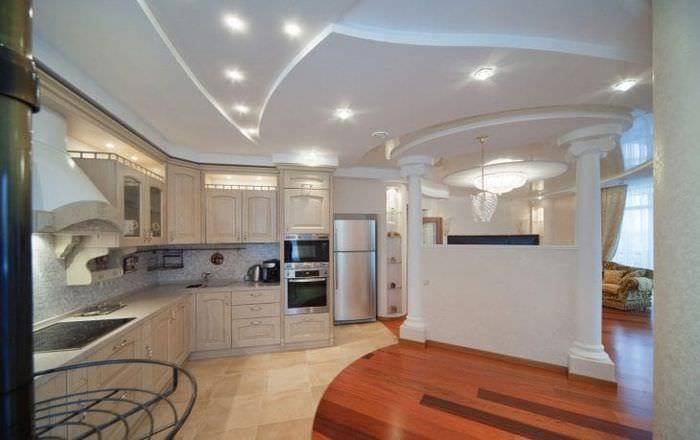 Оформление перегородки между кухней и просторной гостиной