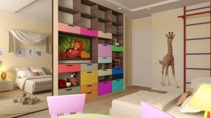 Большая детская комната для маленькой девочки со светлыми обоями