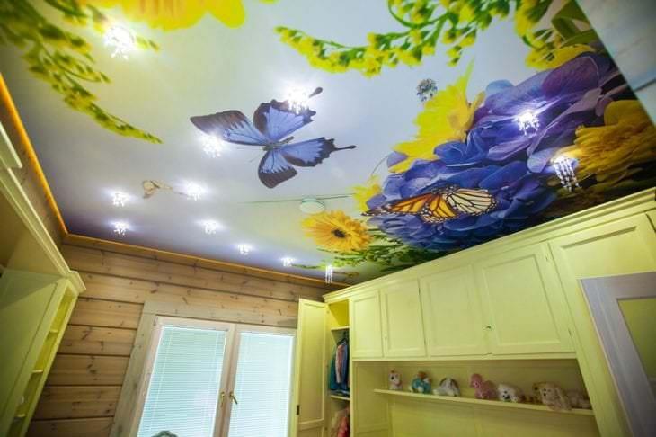 Натяжной потолок с красивым ярким рисунком для детской комнаты
