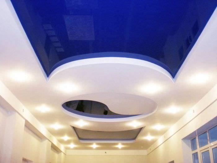 Интерьер гостиной с темным синим натяжным потолком
