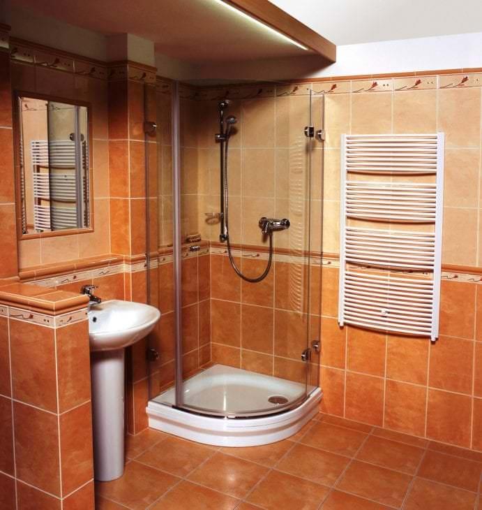 Модный дизайн ванной комнаты с встроенной душевой кабиной