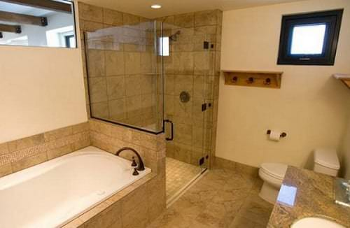 Удачное размещение душевой кабины и ванны