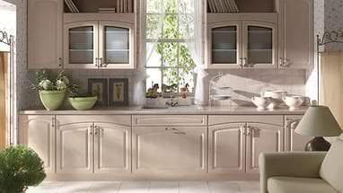 Функциональное украшение гостиной массивной витриной для посуды