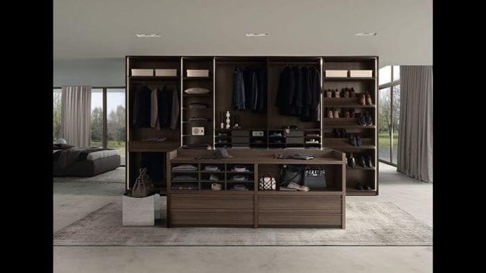 Функциональное украшение гостиной мебелью темного цвета