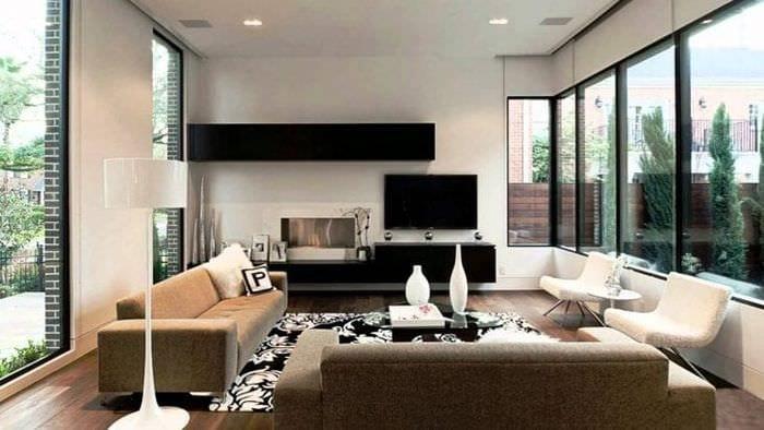 Функциональное решение для интерьера гостиной с большими окнами