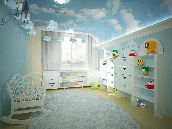 Стильный вариант натяжного потолка для большой детской комнаты