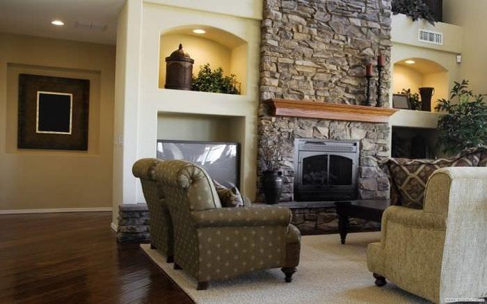 Стильный камин с каменной плиткой для большой гостиной