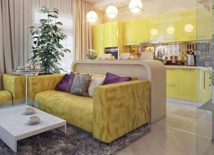 Небольшая комната 3 в 1 я массивной мебелью в желтых тонах