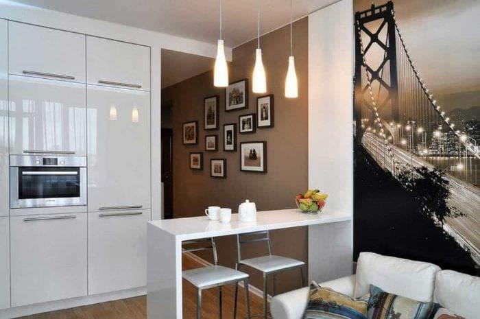 Небольшая кухня-гостиная с ярким и необычным декором на стенах