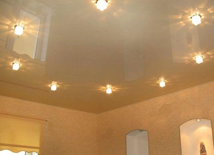 Минусы и плюсы натяжного потолка в нескольких уровнях для гостиной