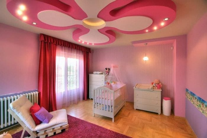 ркий натяжной потолок в розовом цвете для детской
