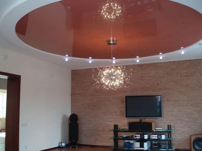 Натяжной потолок в дизайне гостиной с подвесным светильником