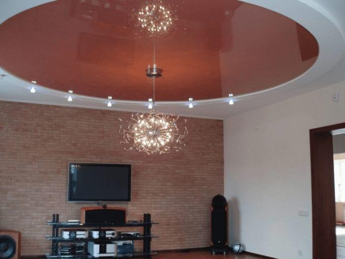 Дизайн натяжного потолка яркого цвета и необычной формы для гостиной