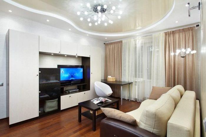 Дизайн натяжного потолка молочного цвета для просторной гостиной