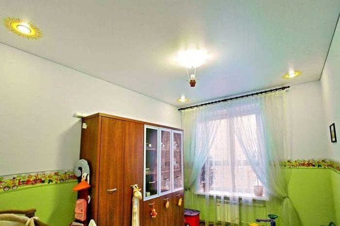 Матовый натяжной потолок для просторной десткой комнаты