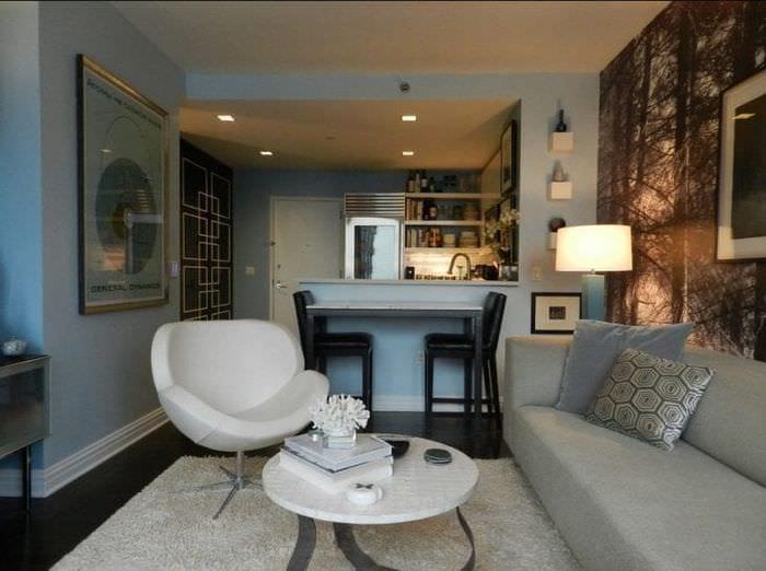 Небольшая светлая кухня-гостиная с удобным расположением мебели