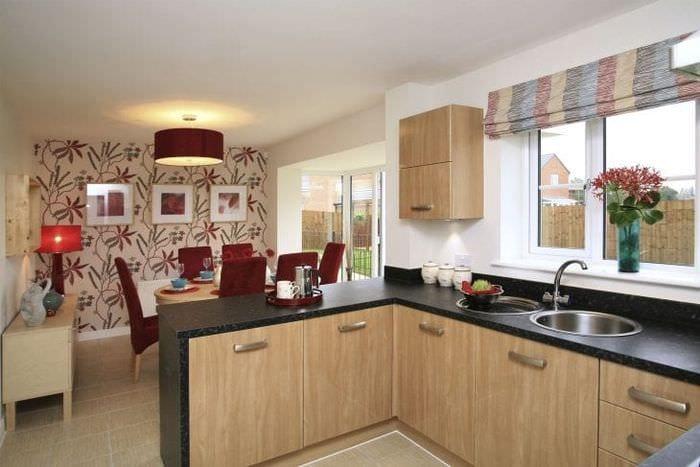 Обои с цветочными мотивами для просторной и светлой кухни