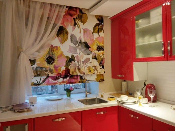 Обои с крупными цветами для дизайна маленькой кухни