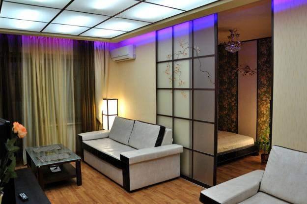Перегородка с подсветкой между кухней и гостиной